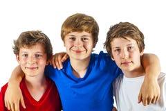 Tres amigos alegres felices disfrutan de vida fotos de archivo
