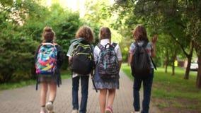 Tres amigos de la escuela van a enseñar, ellos se alcanzan la cuarta muchacha Visi?n posterior metrajes