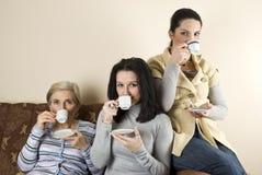 Tres amigos de las mujeres que beben el café Fotografía de archivo libre de regalías