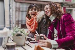 Tres amigos de las mujeres que comen café en una terraza en Oporto, Portugal Tener una conversación de la diversión Forma de vida foto de archivo