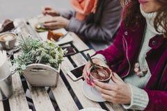 Tres amigos de las mujeres que comen café en una terraza en Oporto, Portugal Tener una conversación de la diversión Forma de vida foto de archivo libre de regalías