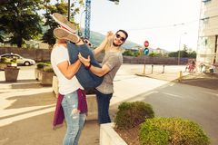 Tres amigos despreocupados que toman la 'promenade' en la ciudad Imagen de archivo