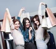 Tres amigos después de hacer compras Foto de archivo libre de regalías