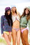 Tres amigos en bikiníes y prendas de vestir exteriores Foto de archivo libre de regalías