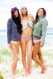 Tres amigos en bikiníes y prendas de vestir exteriores Fotografía de archivo