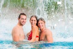 Tres amigos en piscina pública Fotografía de archivo