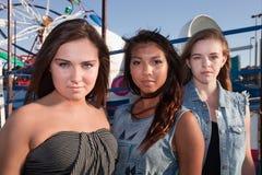 Tres amigos en un parque de atracciones Imagenes de archivo
