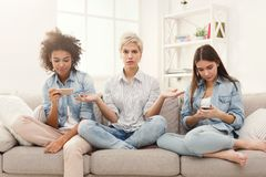 Tres amigos femeninos en casa foto de archivo libre de regalías