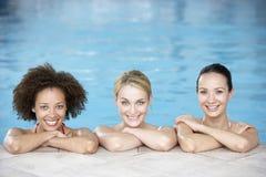 Tres amigos femeninos en piscina fotografía de archivo libre de regalías