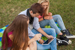 Tres amigos que juegan al juego en la PC de la tableta Ellos que ganan otra vez Fotografía de archivo