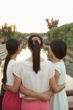 Tres amigos que miran el río foto de archivo