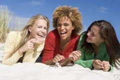 Tres amigos que se divierten en la playa Fotografía de archivo libre de regalías