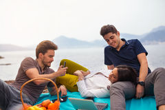 Tres amigos que se divierten en la playa Imagen de archivo