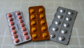 Tres ampollas coloreadas con las píldoras imágenes de archivo libres de regalías