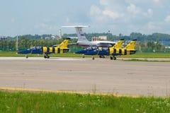 Tres aviones L-39 del vuelo agrupan el ` báltico de las abejas del ` en una pista del campo de aviación Zhukovsky Aeroshow MAKS-2 Imagen de archivo