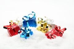 Tres azules, regalos rojos, de oro, de plata de la Navidad en nieve Fotografía de archivo libre de regalías