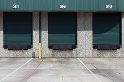 Tres bahías de cargamento verdes del almacén Fotos de archivo libres de regalías