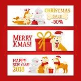 Tres banderas horizontales del Año Nuevo 2018 y de la Navidad con símbolo de los perros amarillos y regalos en el fondo blanco Pe Fotografía de archivo libre de regalías