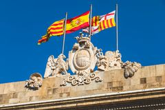 Tres banderas vuelan sobre la ciudad de Barcelona, España Imagen de archivo