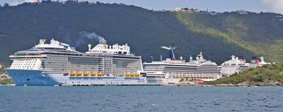 Tres barcos de cruceros en puerto del Caribe fotos de archivo libres de regalías