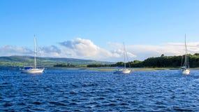 Tres barcos de navegación en el lago Foto de archivo