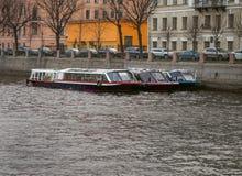 Tres barcos en el canal imágenes de archivo libres de regalías