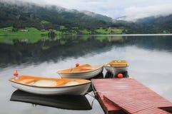 Tres barcos en el lago en Noruega occidental imágenes de archivo libres de regalías