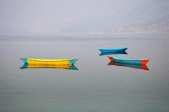 Tres barcos en el lago en Pokhara, Nepal Fewa Imágenes de archivo libres de regalías