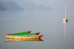 Tres barcos en el lago en Pokhara, Nepal Fewa Fotos de archivo libres de regalías