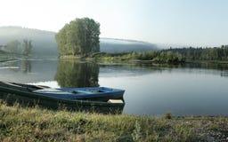 Tres barcos en la orilla en un remanso reservado Fotos de archivo libres de regalías