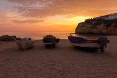 Tres barcos en la puesta del sol Foto de archivo