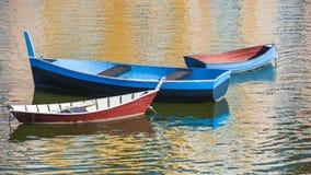 Tres barcos en puerto imagenes de archivo