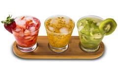 Tres bebidas hechas con la fruta de la pasión, la fresa y el kiwi Caipir Fotografía de archivo libre de regalías