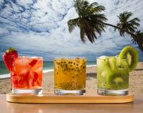 Tres bebidas hechas con la fruta de la pasión, la fresa y el kiwi Caipir Foto de archivo libre de regalías