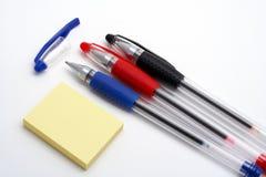 Tres bolígrafos y notas Imágenes de archivo libres de regalías