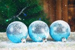 Tres bolas azules del Año Nuevo en la nieve Atmósfera de la Navidad Fotografía de archivo libre de regalías