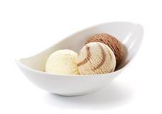 Tres bolas de helado en un tazón de fuente foto de archivo