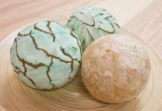Tres bolas de papel decorativas en la bandeja de madera Fotos de archivo