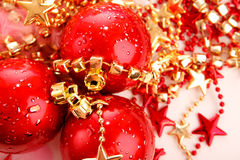 Tres bolas rojas de la Navidad en las estrellas aisladas Fotografía de archivo