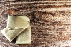Tres bolsitas de té en fondo de madera Foto de archivo