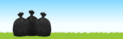 Tres bolsos de basura plásticos negros en el fondo del cielo azul de la hierba, bolsos de basura para la basura, basura de la bol stock de ilustración