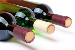 Tres botellas con el vino blanco rojo y fotografía de archivo