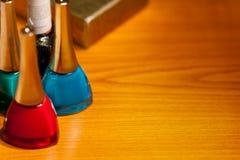 Tres botellas con los cosméticos en el escritorio Fotos de archivo