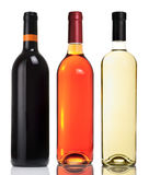 Tres botellas con los vinos blancos rojos, rosados y Foto de archivo libre de regalías