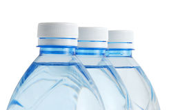Tres botellas de agua minerales plásticas en fila Fotografía de archivo libre de regalías