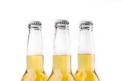 Tres botellas de cerveza aisladas en blanco Fotos de archivo libres de regalías