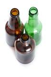 Tres botellas de cerveza emplty en backround aislado. Imágenes de archivo libres de regalías