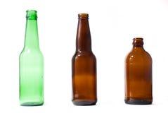 Tres botellas de cerveza emplty en backround aislado. Imagenes de archivo