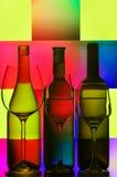 Tres botellas de vino y de vidrios Imagen de archivo