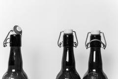 Tres botellas vacías de Brown con las tapas Fotos de archivo